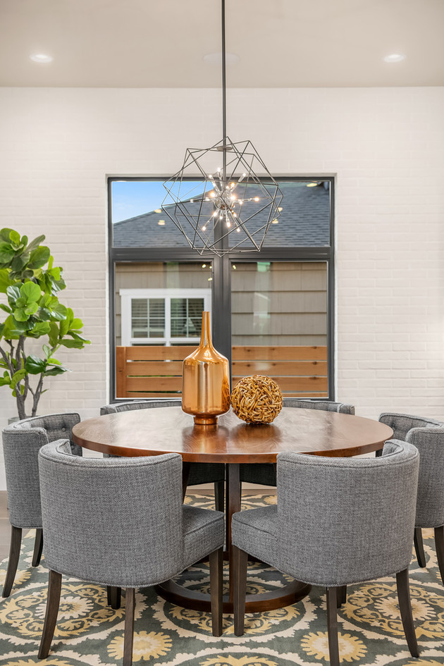 Round dining room table with modern E2 C