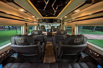 ảnh chụp xe Limousine ghế massage từ phía sau