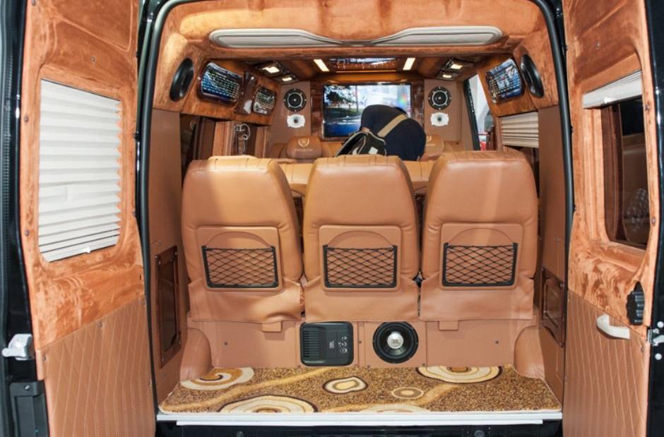phía sau Xe Limousine 9 chỗ
