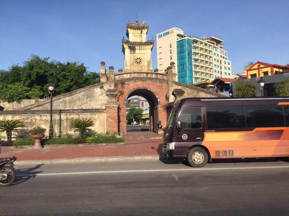 ngam-nhin-ve-dep-vietnam-bang-xe-limousine.jpg