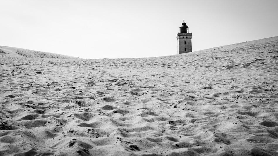 Rubjerg Knude Fyr - dieses Foto ist bereits historisch, denn der Leuchtturm wurde im Oktober 2019 ca. 80 m ins Landesinnere verschoben. Der Turm drohte die immer näher kommende Steilküste hinunterzustürzen.