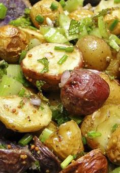 Rode, witte en blauwe hartige aardappelsalade