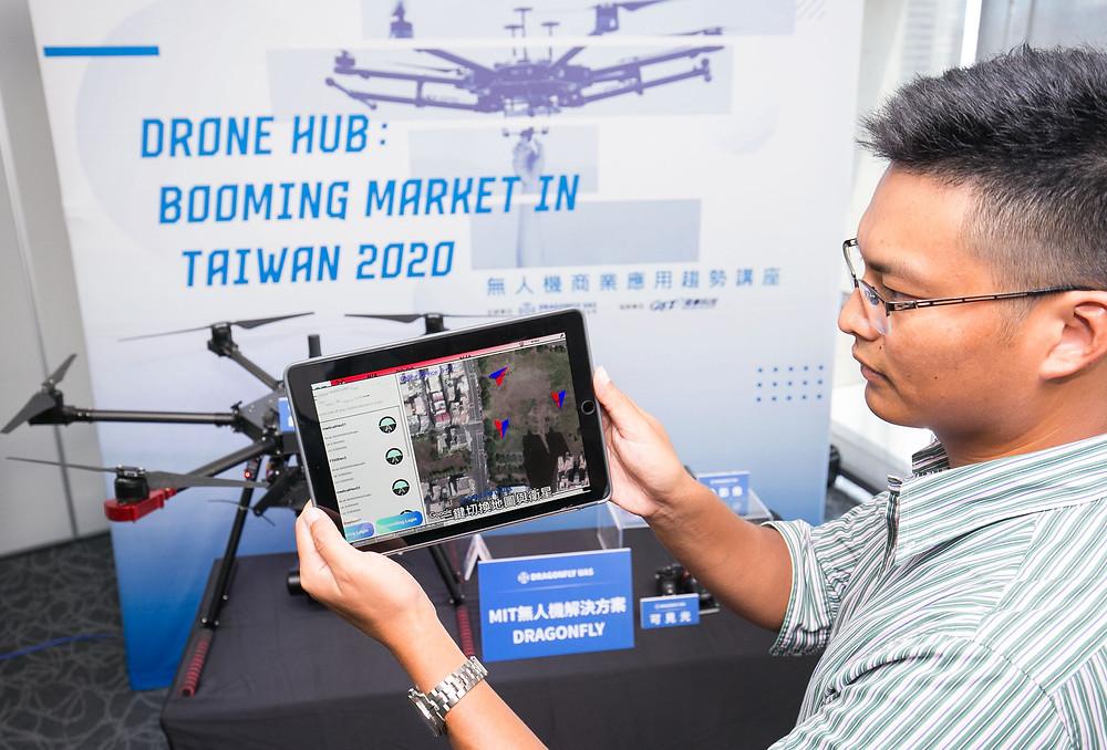 翔隆飛行運營總監張睿宇展示avicon GS地面站軟體,未來進化成機隊監管勢在必行。