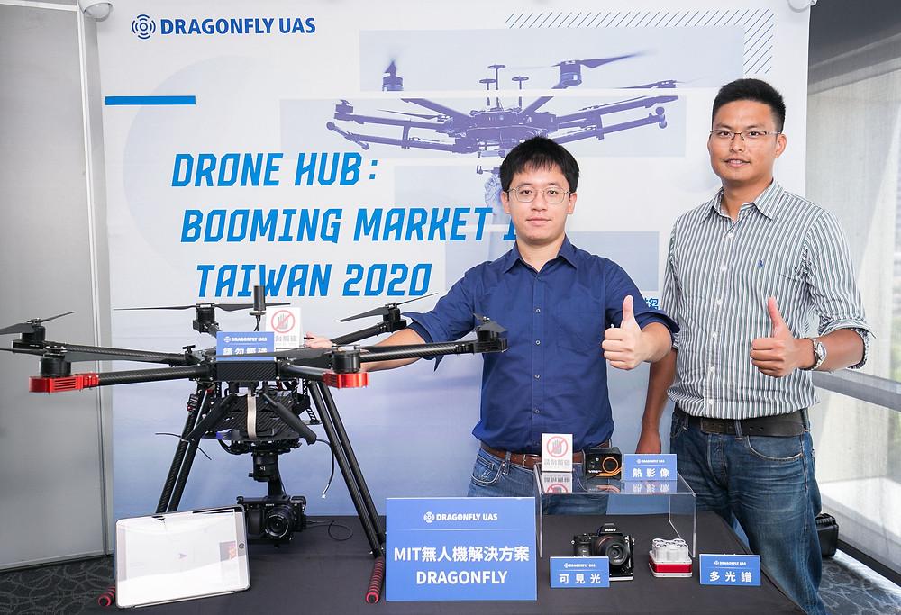 翔隆與奧榮研製MIT無人機解決方案DRAGONFLY,為台灣面臨的紅色資安危機帶來一道曙光。翔隆航太代表,執行長李奕儒(左)與飛行運營總監張睿宇(右)