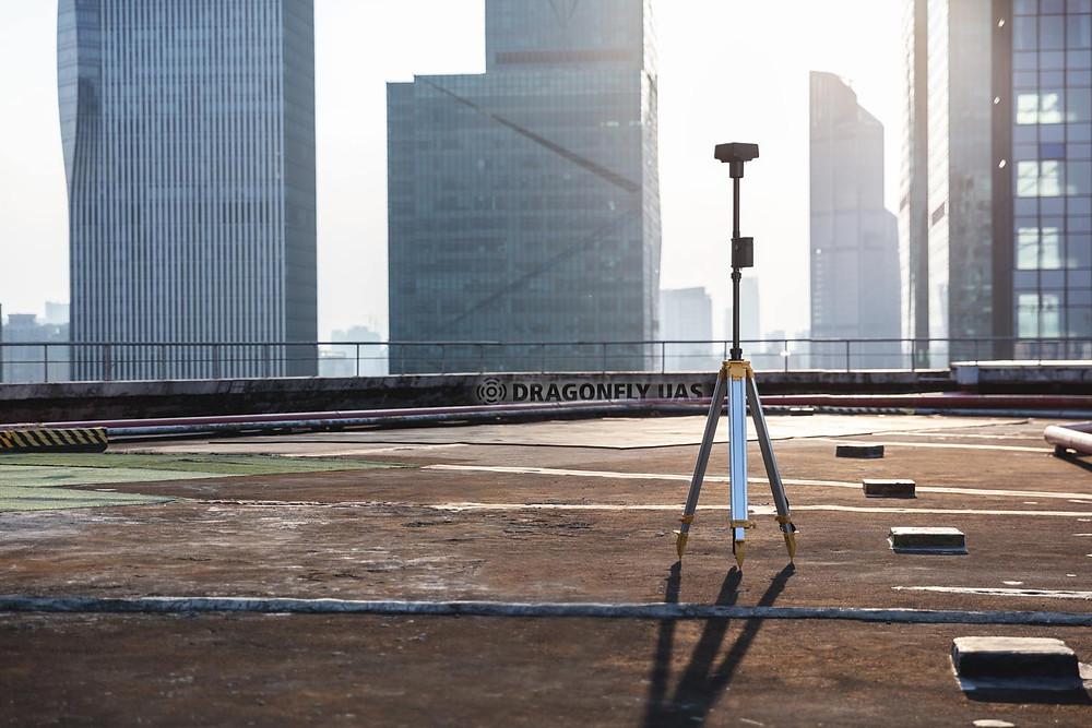 P4M可搭配自家的地面基站D-RTK2進行即時差分,大幅提高定位以及圖資精度。圖片來源:DJI官方網站