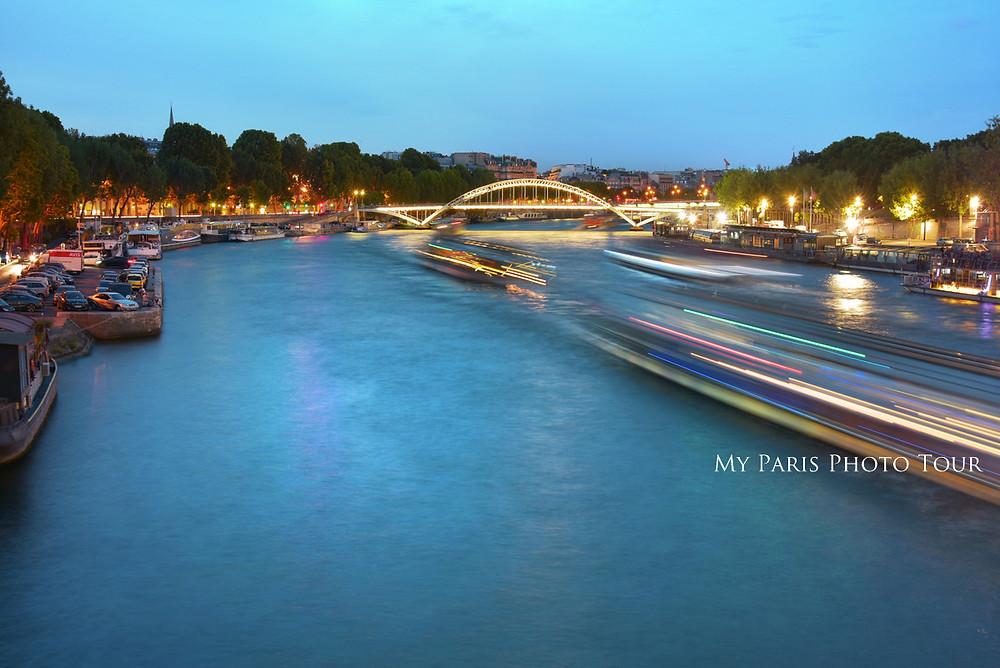 desenfoque movimiento barcos en el Sena