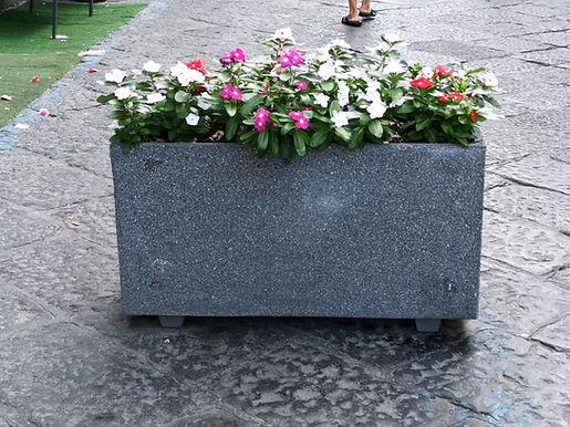 fioriera in cemento tipo pietra lavica