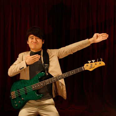 Bass, Vocal 전신일
