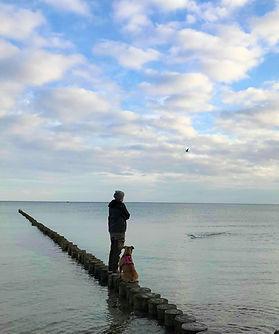 Hund und Mensch am Meer Kopie.jpg