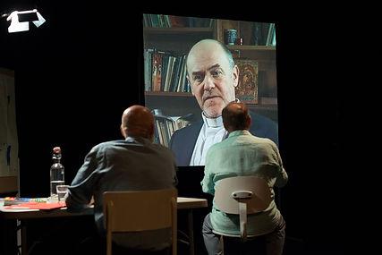 Photo de la pièce de théâtre Donnez-moi donc un corps! de Sarah Oppenheim. Photo de Luc Maréchaux