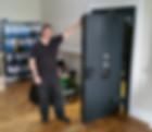 Сотрудник службы ремонта сейфов