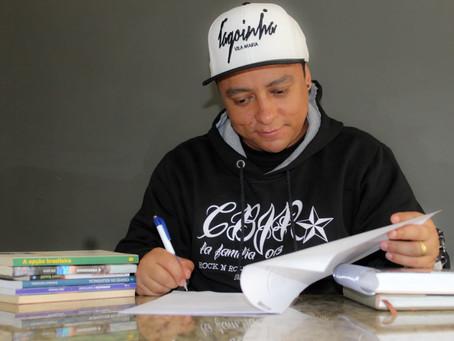 "Felipe ""Tchulipa"" assina contrato com a Editora Doze 2"