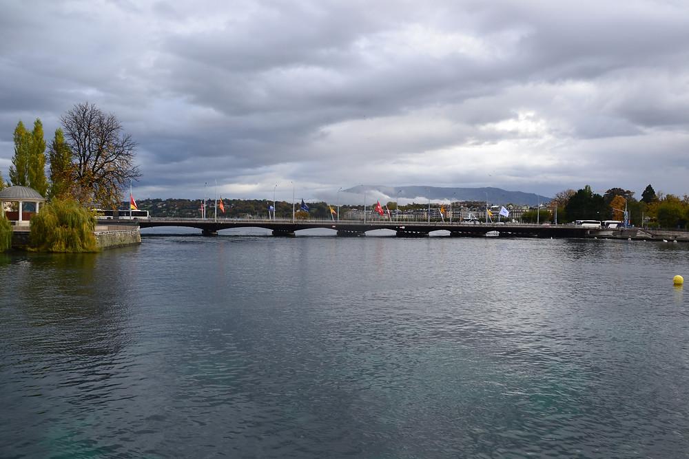 Vue sur le Pont du Mont-Blanc (avec le Lac Léman derrière) - Genève - Novembre 2019