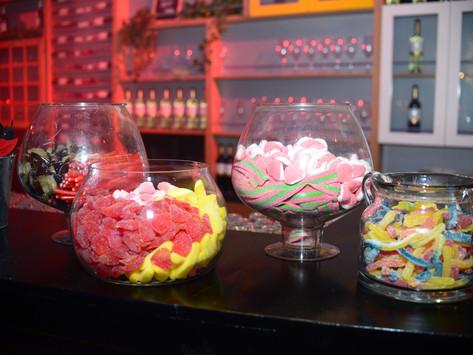 קערות ממתקים על הבר