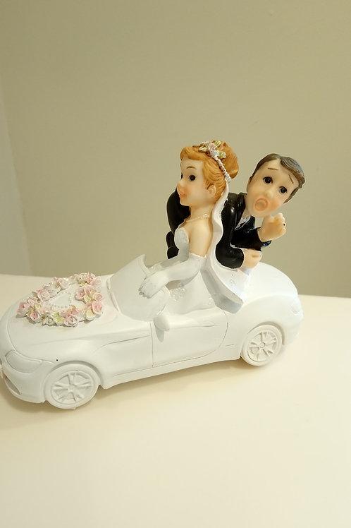 Couple de mariés en voiture