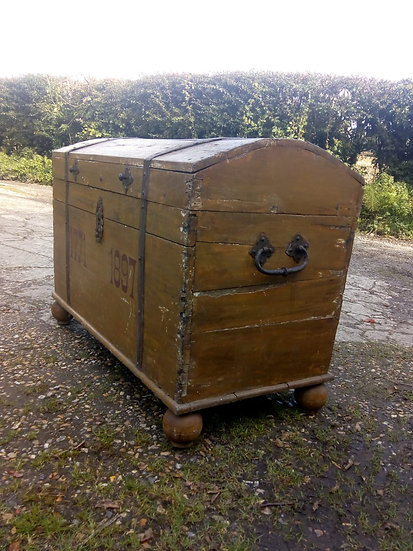 LARGE DOME TOPPED CHEST