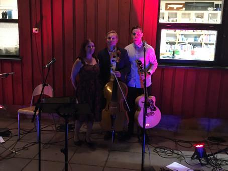 Akustinen trio häissä Helsingissä