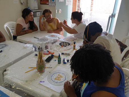 Mulheres migrantes realizaram a primeira aula de pintura em vidro neste sábado