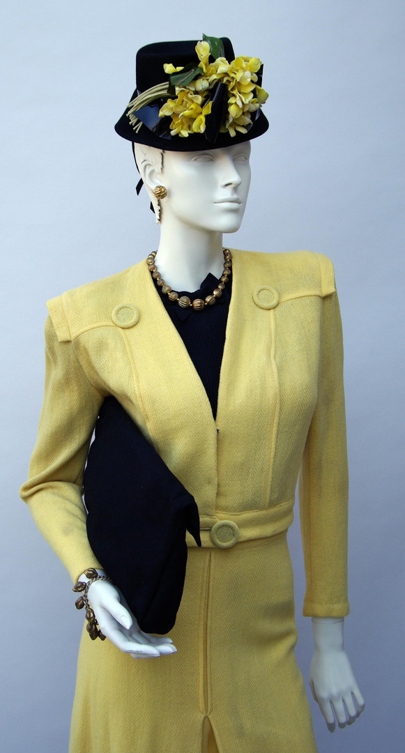 Yellow wool suit with black accessories (1943 - 1946)
