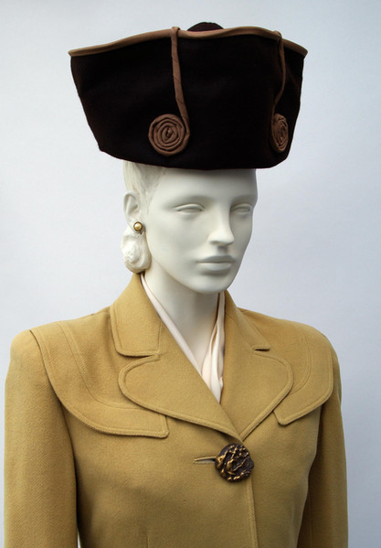 Brown felt hat with grosgrain ribbon trim (1944 - 1946)