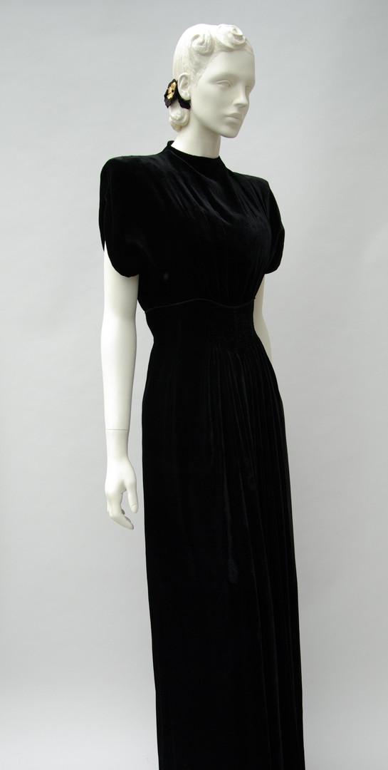 Black velvet evening dress (1944-1947)