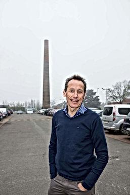 Permanente kunstvlam op schoorsteen steenfabriek Vandersanden in Kleine-Spouwen