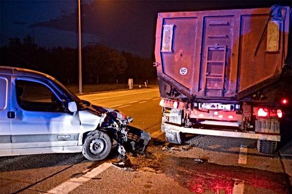 Bestelwagen crasht tegen truck in Bilzen