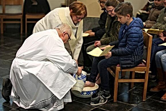 Pastoor wast voeten van vormelingen Tongeren