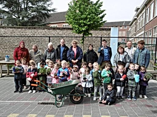 Speelplaats van de kleuters 't Walnootje in Bilzen helemaal gekleurd