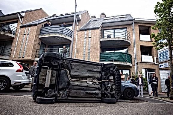 Auto beland op zijn zij in Bilzen