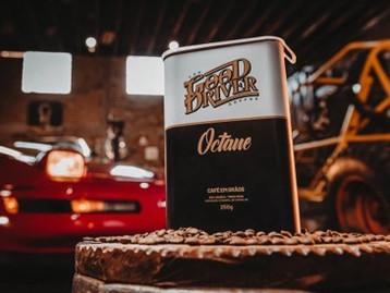 Nesta lata existe paixão por carros e cafés especiais