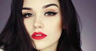 Peinado y maquillaje de cejas y labios.