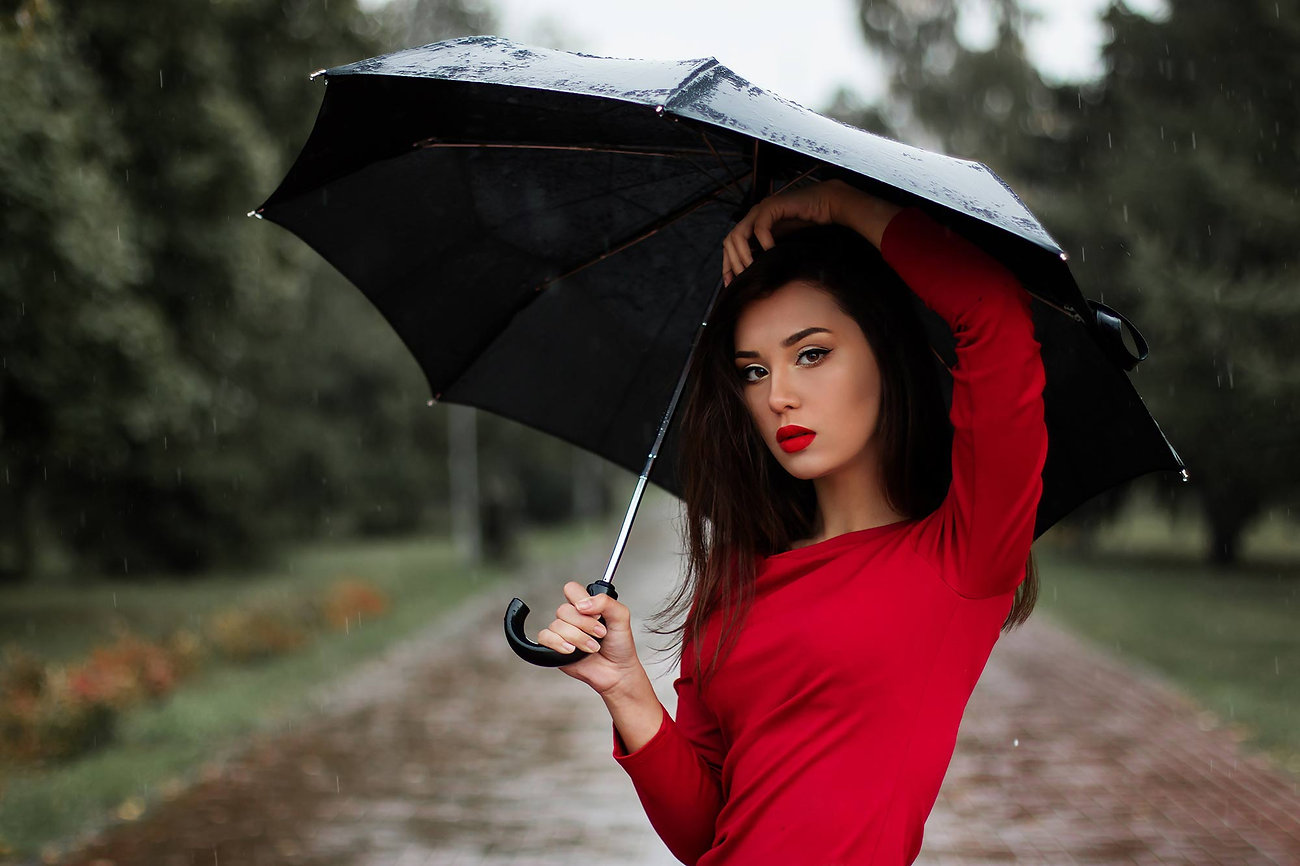 Mujer de rojo maquillada con Lovely Rouge.
