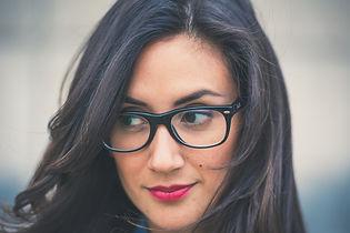 Mujer con un maquillaje empresarial.