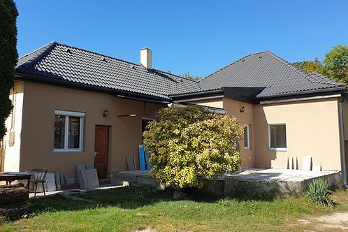 Felújított családi ház 500 m-re a Balatontól
