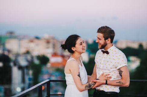 Gelukkig Paar met Tattoos gedurende aanzoek op een dakterras
