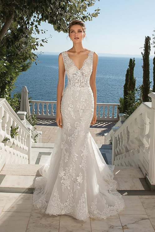 Classic understated elegance with this brand new JustinAlexander size 14