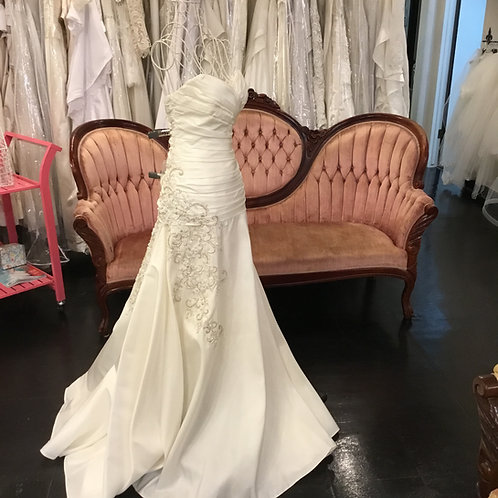 Let's party perfect size 2  ivory wedding dress mini train