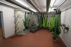 Kontaminierte Chemikalienschutzanzüge werden hier gereinigt und für den nächsten Einsatz vorbereitet