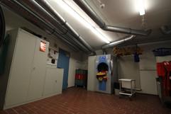 Körperschutz: Verschmutzte Einsatzkleidung kann hier gewaschen und gereinigt werden