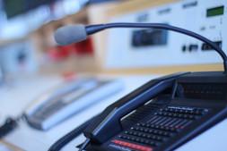 Ein Funkgerät in der Zentrale um den Kontakt zwischen Feuerwehrhaus und Einsatzstelle sicher zustellen