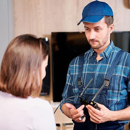 repairman-or-technician-in-workwear-poin