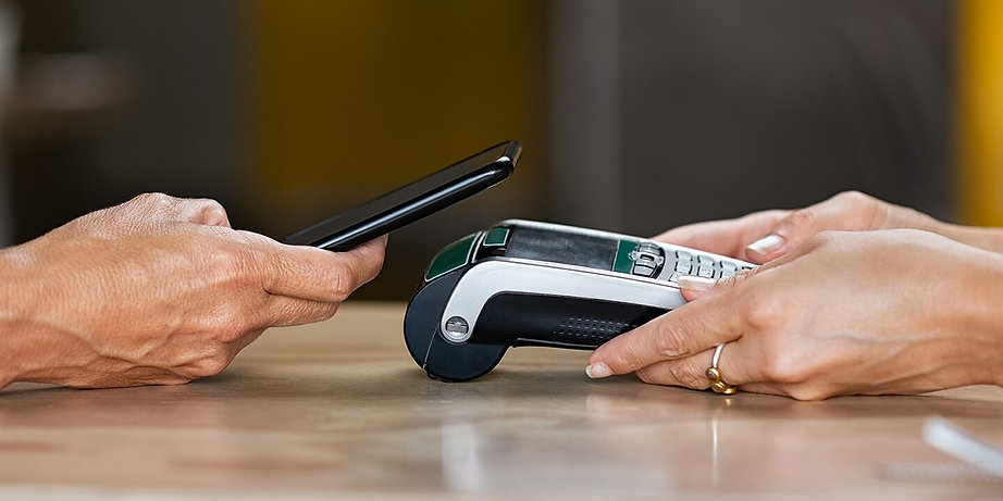 paying-with-contactless-smartphone-ZK2WS