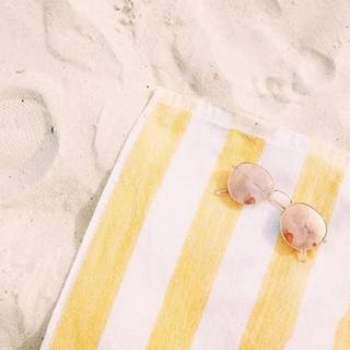 beach-towel-sunnies.png