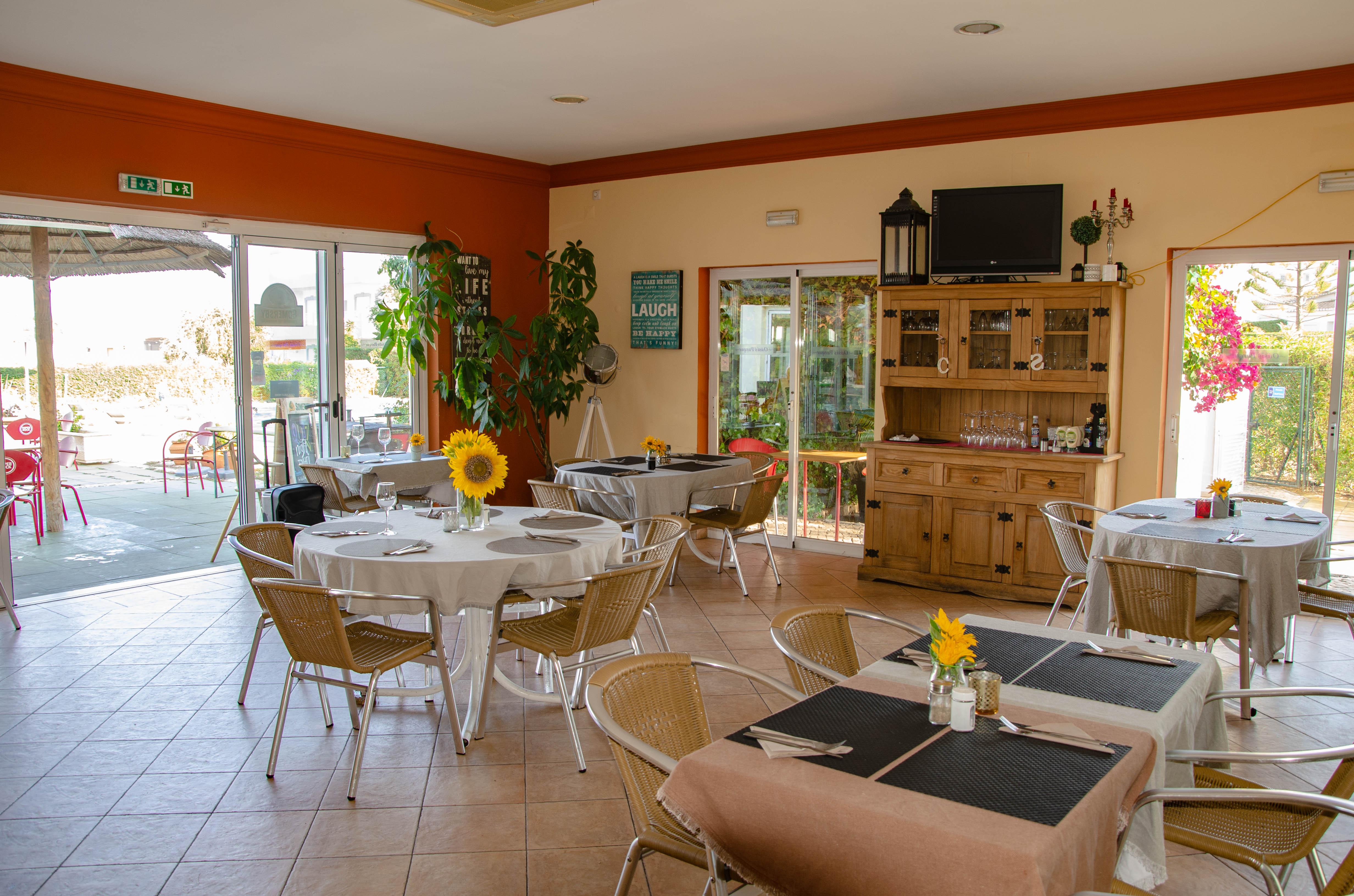 Oasis Parque Restaurant area