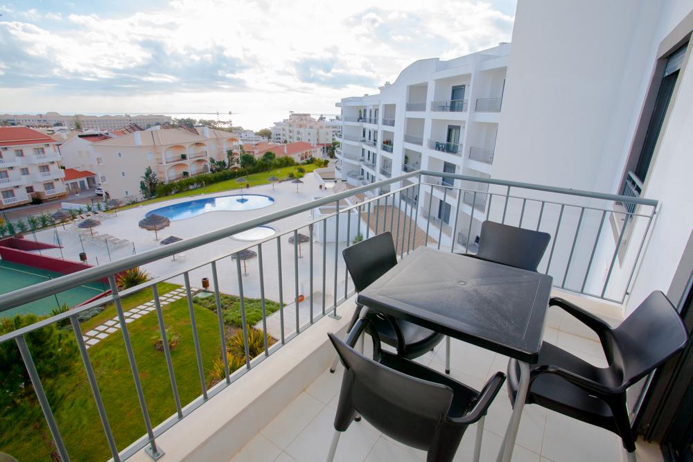 AT074 Al Fresco Dining on the Balcony