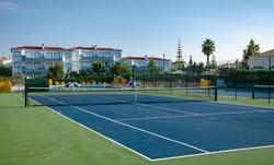 Oasis Parque tennis court