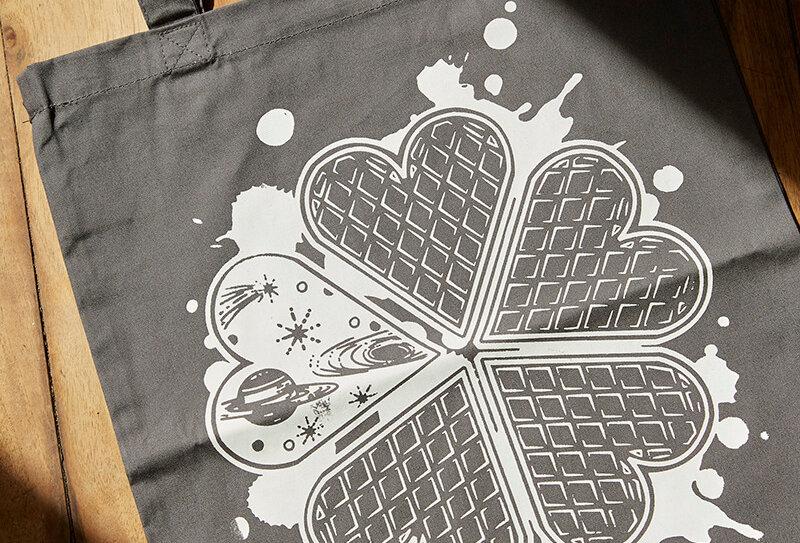 Kunstdruck auf grauem Beutel mit Waffel und Weltraum Design von VULKANVULKANVULKAN | VULKAN Shop