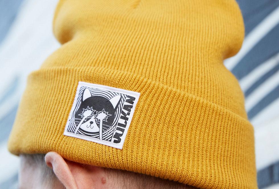 Mann mit gelber Mütze und Aufnäher von VULKANVULKANVULKAN | VULKAN Shop