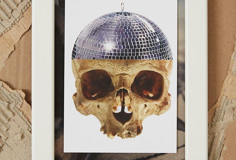 Handgemachte Postkarte von VULKANVULKANVULKAN zeigt Totenkopf mit Diskokugel | VULKAN Shop